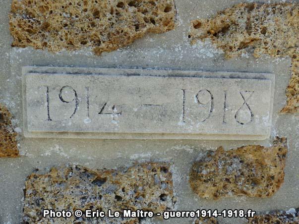 L'inscription 1914-1918 gravée sur la partie centrale du monument aux morts de Neufmontiers, côté arrière
