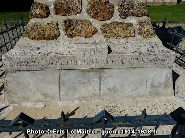L'inscription 1914 sur le socle du monument aux morts de Neufmontiers, côté face