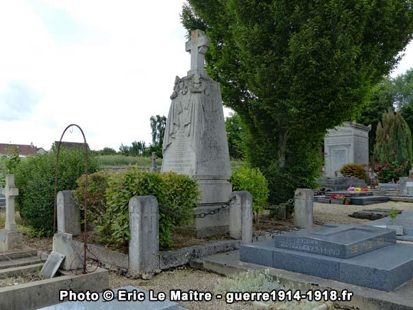 Vue de profil du tombeau d'Adolphe Whitcomb au cimetière communal d'Yverny