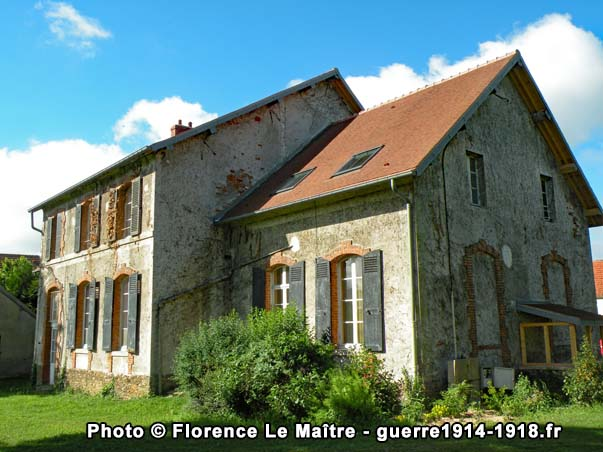Les façades Nord et Est de la mairie de Chauconin-Neufmontiers photographiées depuis l'allée du clos Lignon