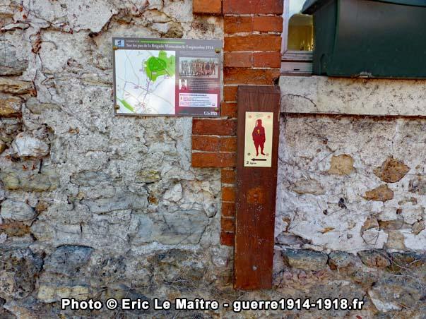 """plaque et repère n°1 de la randonnée historique """"sur les pas de la brigade Marocaine le 5 septembre 1914"""" sur le mur Est de la mairie de Chauconin-Neufmontiers"""