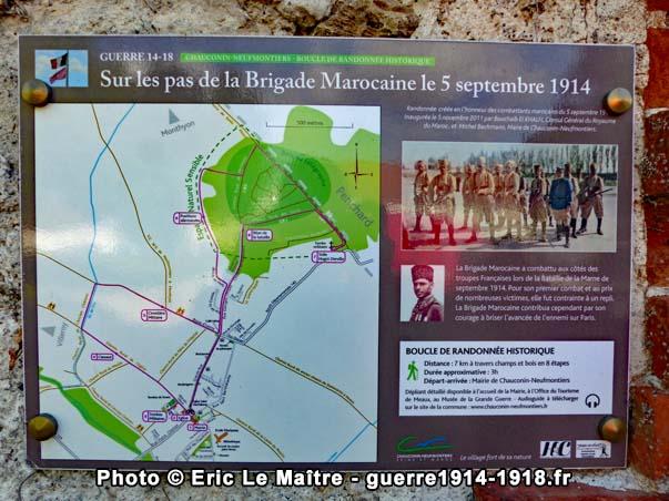 """La plaque de la randonnée historique """"sur les pas de la brigade Marocaine le 5 septembre 1914"""" apposée sur le mur de la mairie"""