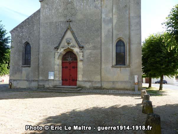 Façade d'entrée de l'église Saint-Barthélémy à Chauconin-Neufmontiers faisant face à l'ancienne mairie et écoles communales