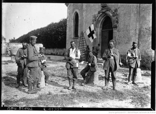 Neufmontiers, prisonniers blessés allemands sur la place de l'église