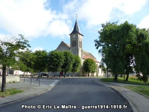 L'église Saint-Barthélémy à Chauconin-Neufmontiers photographiée depuis l'entrée du parking de la nouvelle mairie de Chauconin-Neufmontiers