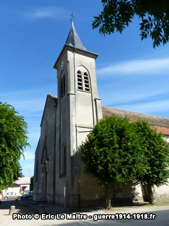 Porche et le clocher de l'église Saint-Barthélémy à Chauconin-Neufmontiers