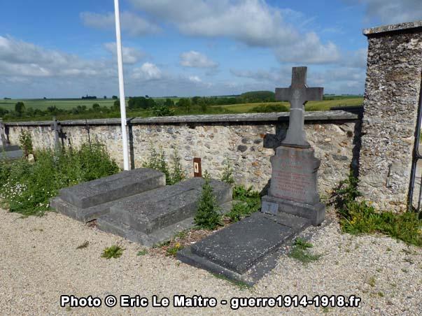 Tombes militaires de la première guerre mondiale au cimetière communal de Chauconin-Neufmontiers