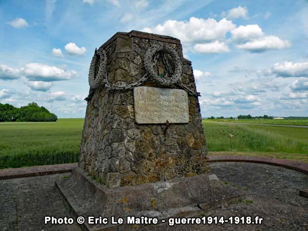 Vue rapprochée du monument des Quatre-Routes à Chambry en Seine-et-Marne