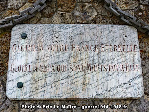 Seconde plaque commémorative apposée sur la face arrière du monument des Quatre-Routes à Chambry en Seine-et-Marne
