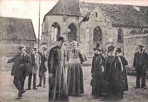 Monseigneur Marbeau photographié près de l'église de Barcy après la bataille de la Marne en 1914