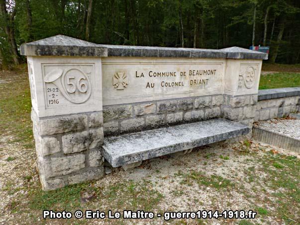 Le banc décoré de gauche sur le site du monument Driant