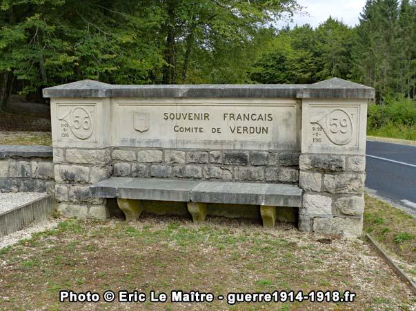 Le banc décoré de droite sur le site du monument Driant