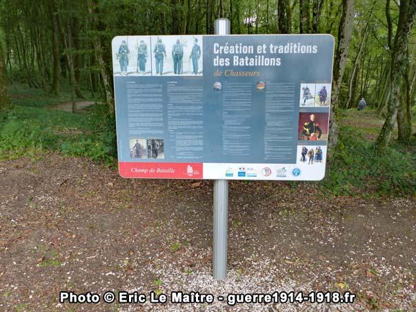 Panneau destiné aux visiteurs dédié à la création et aux traditions des Bataillons de Chasseurs
