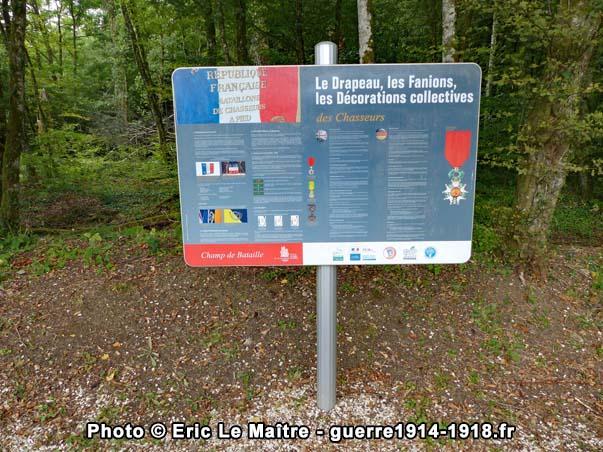 Panneau destiné aux visiteurs dédié aux drapeaux, fanions et décorations des chasseurs